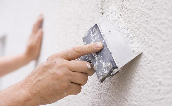 Обработка поверхности стен для нанесения штукатурки