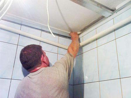 Устанавливаем потолок в ванной своими руками.