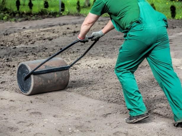 Зачем нужен каток для газона, и как его сделать своими руками