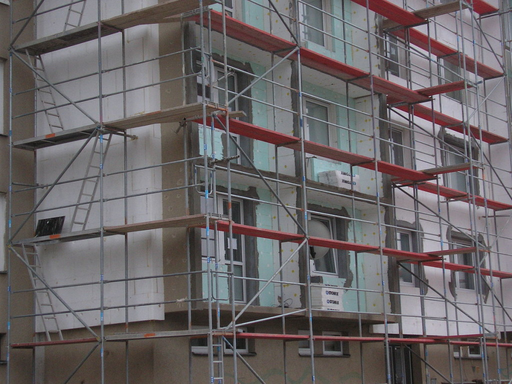 1200px-Scaffoldings_in_Adamov_02